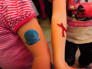We had some tatoos made / Dali smo si narediti tatuje.